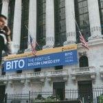 Hvis bitcoin ikke trenger banker, bør jeg kjøpe bitcoin -ETFer?